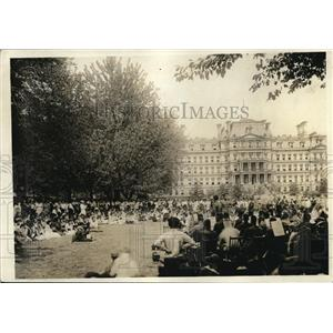 1918 Press Photo Girl war workers entertained at War Navy State bldg in DSC