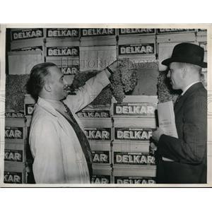 1937 Press Photo Auctioneer at New York City Grape Market