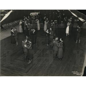 1919 Press Photo Crowd in hall dancing. - nex24836