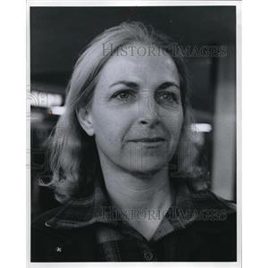 1973 Press Photo Mrs. Daniel Ferris of Willowbrook talks about the airport