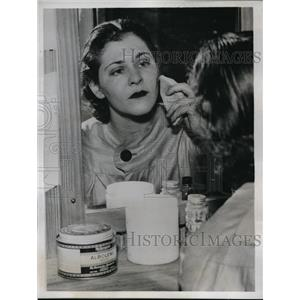 1935 Press Photo Jill Stern, aspiring actress, at Play House dressing room