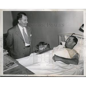 1949 Press Photo Chicago Yankees Tom Henrich in hospital & writerDan Daniel