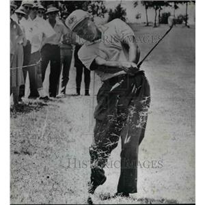 1963 Press Photo Julius Boros sends turf flying as he hots out of the rough