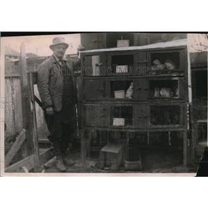 1918 Press Photo Harry McGee & his rabbitt hutches Berkeley