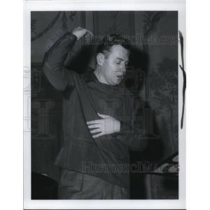 1957 Press Photo Robert Shaw, director