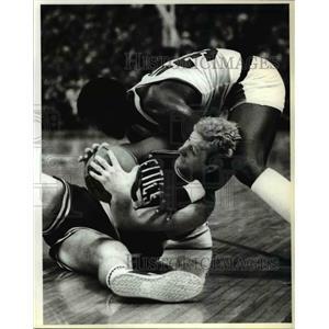 1983 Press Photo Portland's Calvin Natt with Larry Bird