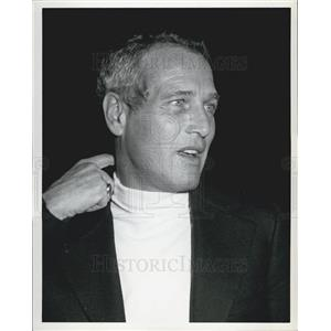 1973 Press Photo Actor Paul Newman Scratching Neck Candid
