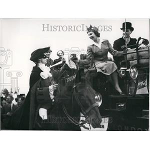 """1950 Press Photo """"Dick Turpin"""" impersonated By E.W.Meads """"Holds Up"""" Stage Coach"""