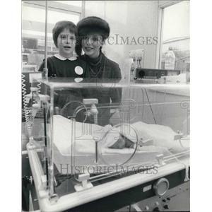 1980 Press Photo Joan Collins Donates Incubator To Middlesex Hospital