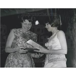 """1966 Press Photo Patricia Neal getting Academy Award for """"In Harm's Way"""""""