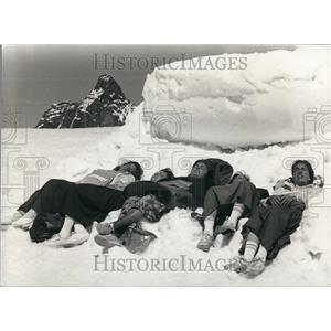 1990 Press Photo Ladies Sunbathing Near The Matterhorn