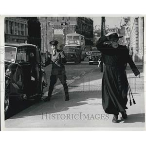 1953 Press Photo Alec Guiness Filming in London Street