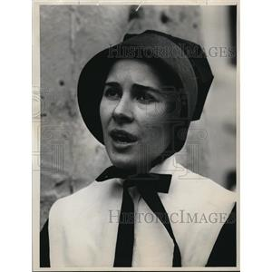 1963 Press Photo Joan Hackett The Outlaw And The Nun - orp17561