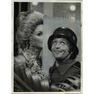 "1971 Press Photo Elke Sommer and Arte Johnson in ""Ver-r-ry Interesting"""