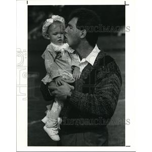 1990 Press Photo Mike Pagel of the Cleveland Browns with his daughter, Kalie