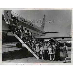 1989 Press Photo Children boarding 737 Jet Plane