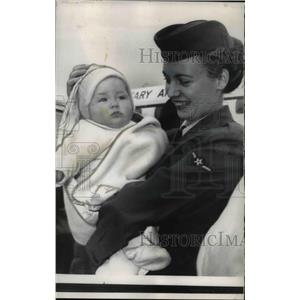 1956 Press Photo WAF with Tiny Hungarian Refugee at McGuire Air Force Base
