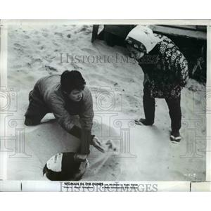 1965 Press Photo Eiji Okada Woman in The Dunes - orp23599
