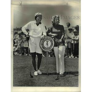 1973 Press Photo Dinah Shore in Winners Circle of LPGA Golf Tournament
