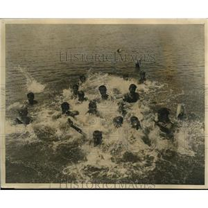 1926 Press Photo Camp Duncan YMCA kids at Round Lake Ill swimming