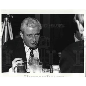 Press Photo Modell and friend eating lunch