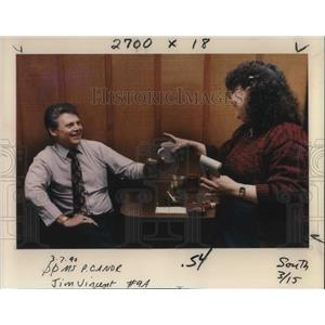 1990 Press Photo Terry Gilmore gives Michael Anderson coffee at Main St Eatery