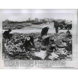 1956 Press Photo Port Said Egypt civilains searc rubble during cease fire