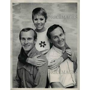 "1968 Press Photo Edgar BErgen Charlie McCarthy Judy Carne""The Smothers Brothers"""