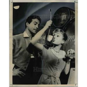 1959 Press Photo Debbie Reynolds, Gustavo Rojo in It Started With A Kiss