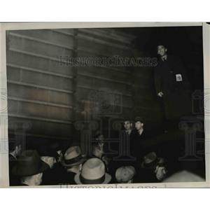 1939 Press Photo Worker's Speaker Telling Strikers To Picket Home of Board Membe