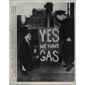 1952 Press Photo of an independent gas station with gas even though a strike