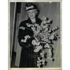 1942 Press Photo Mrs. George C. Marshall With Bouquet at National Flower Show