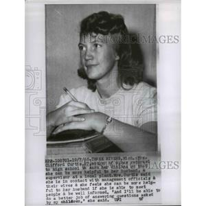 1958 Press Photo Mrs. Clifford Curtis returned to high school to earn diploma