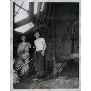 1957 Press Photo Wallace Kan Alley at a construction site - nee03457