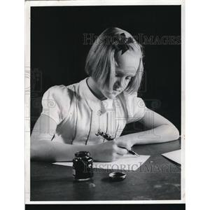 1941 Press Photo Marjorie Markell writes letter to Gov. Joan Bricker  Ohio