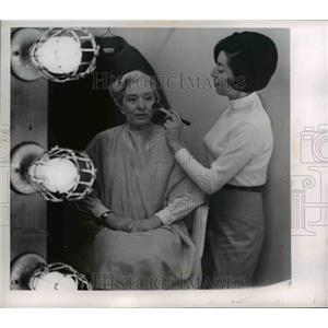 1955 Press Photo Elizabeth Bing and Mildred Deutsch at KYW-TV in a make up room