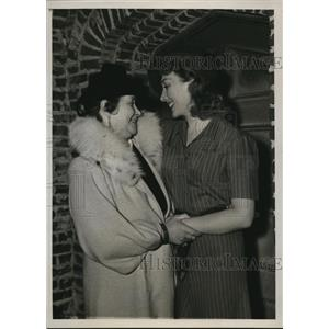 1939 Photo actress Muriel Angelus welcomes mom Jean Findlay to Hollywood