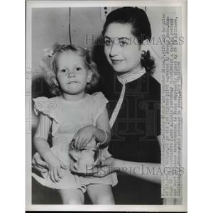 1950 Press Photo of Billie Sirman and her daughter. Her Husband was shot down in