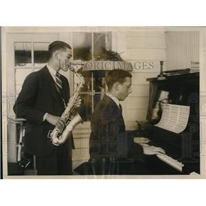 1926 Press Photo Gerald Free playing sax, Lloyd Free on Piano - nee11380