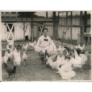 1923 Press Photo Mrs. Antonia Johnson Fedderwitz w/ her chickens