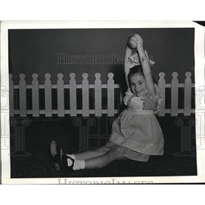 1942 Press Photo Tiny Universal Starlet Known as Tagalong - nee19028