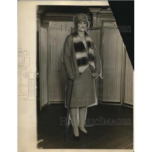 1927 Press Photo A woman wearing a fashionable beige coat and hat