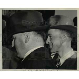 1940 Press Photo Cecil Wetzel talk to G-Men in FBI San Francisco - nee22703