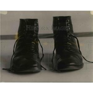 1921 Press Photo US Bureau of Standards tests shark skin boots