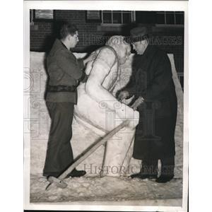 1941 Press Photo Tuss McLaughrey Football Coach Dartmouth Making Ice Statue