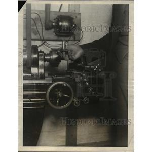 1922 Press Photo The Henry Stoll devise, smallest running engine in the world