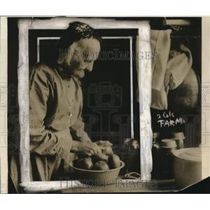 1918 Press Photo Mrs. Thomas Edwards of Oberlin Ohio Waiting to plant War Garden