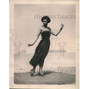 1920 Press Photo Correct position for a lady posingin dance gown