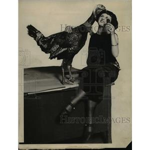 1923 Press Photo Esther Wilton & A Turkey - nee37915