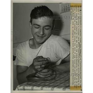 1947 Press Photo Amatuer boxer John Urban Captured Burglars in Cleveland, Ohio